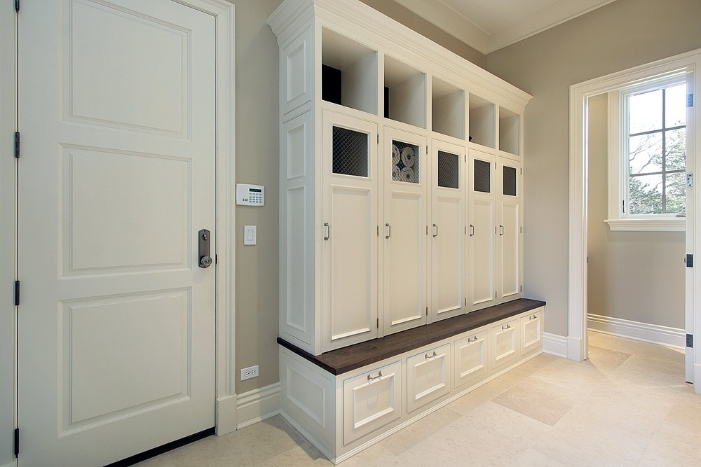 An entryway with storage solutions and décor items.